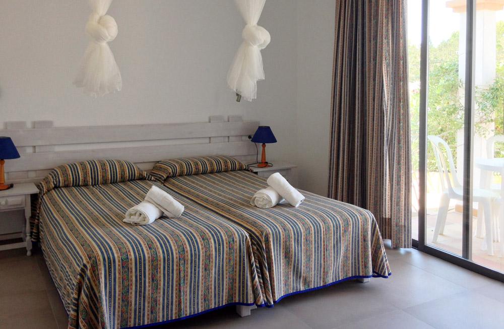 Apartamento-alquiler-reformado-blaumar-formentera-habitacion-doble-terraza